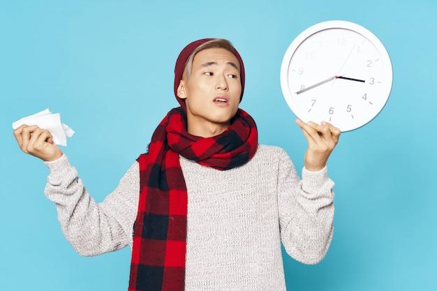Doente homem asiático segurando um relógio Foto Premium