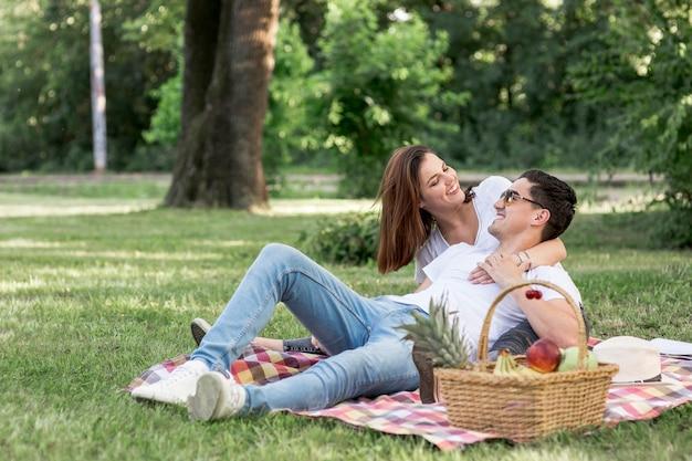 Dois amantes, olhando um ao outro, em, piquenique Foto gratuita