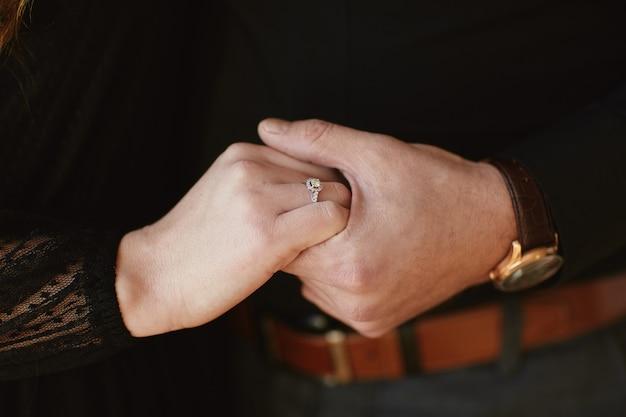 Dois amantes, um casal, um menino e uma menina estão de mãos dadas Foto Premium