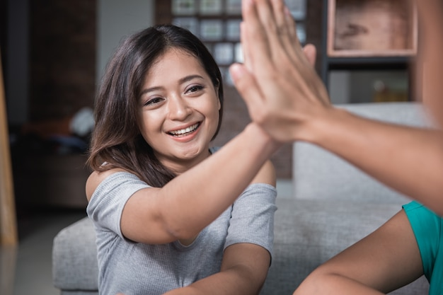 Dois amigo, apertando a mão enquanto estudava Foto Premium