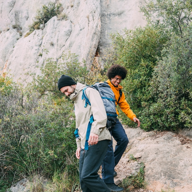 Dois amigos caminhando juntos Foto gratuita