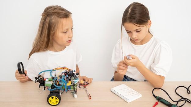 Dois amigos fazendo experimentos científicos juntos Foto gratuita
