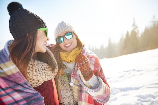 Dois amigos na neve Foto gratuita