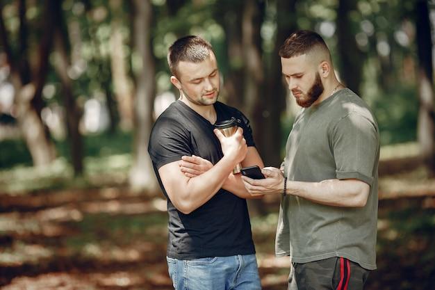 Dois amigos têm um descanso em uma floresta Foto gratuita