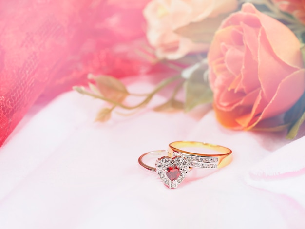 Dois anéis com flor rosa para casamento Foto Premium