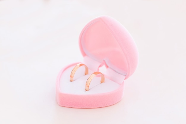 Dois anéis de casamento de ouro Foto Premium
