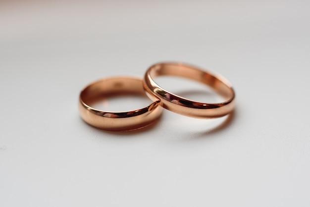 Dois anéis de noivado de casamento tradicional ouro close-up Foto Premium