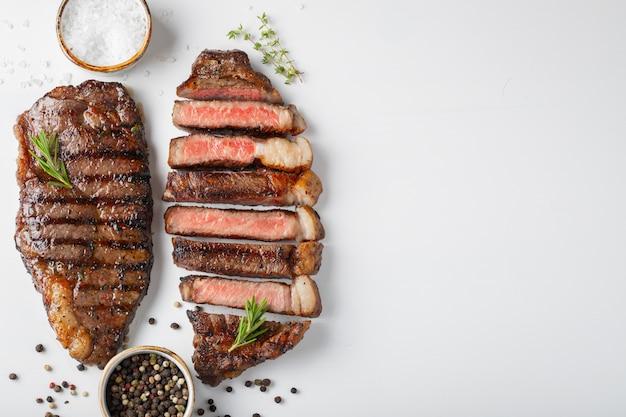 Dois bifes grelhados da carne marmoreada striploin. Foto Premium