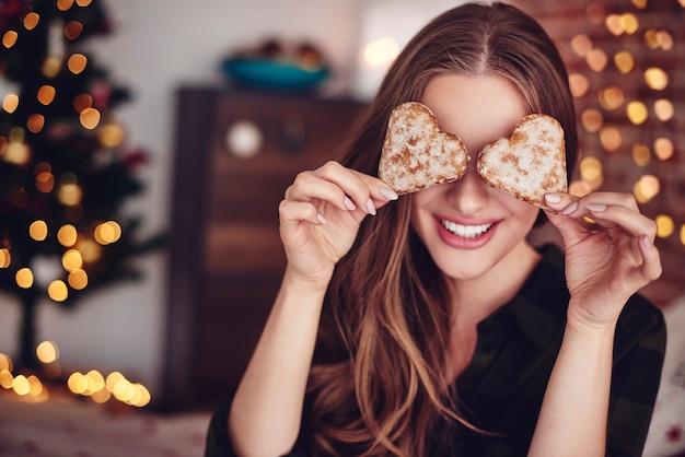 Dois biscoitos em forma de coração na frente dos olhos Foto gratuita