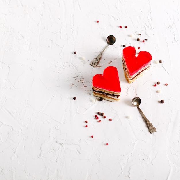 Dois bolos coração-dados forma geléia no fundo concreto. Foto Premium