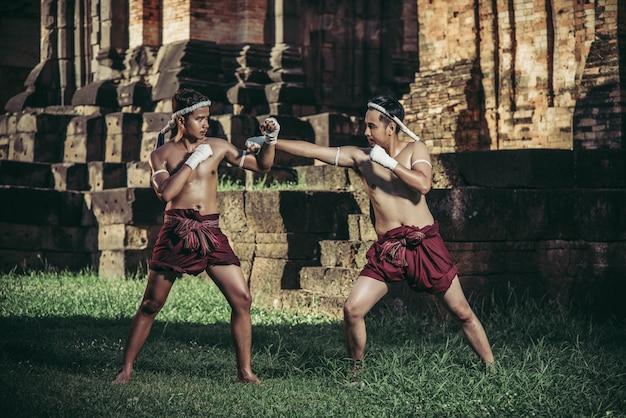 Dois boxeadores lutam com as artes marciais do muay thai. Foto gratuita