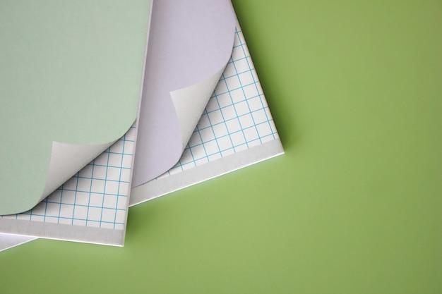 Dois cadernos escolares em um fundo verde. Foto Premium