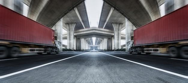 Dois caminhões na estrada Foto gratuita
