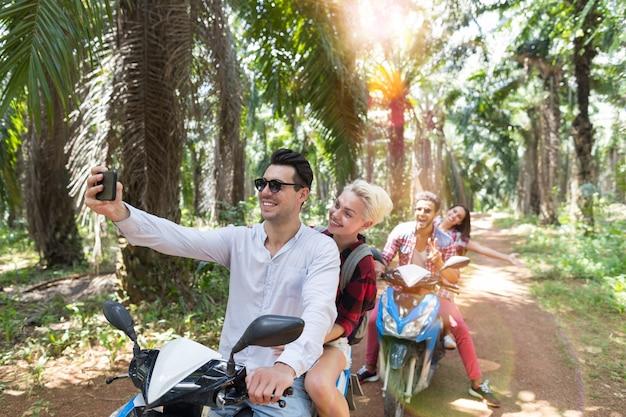 Dois casais felizes em scooters Foto Premium