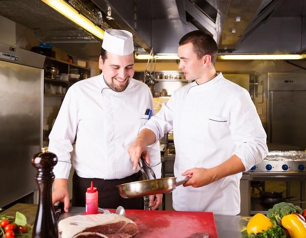 Dois chefs cozinham juntos Foto Premium