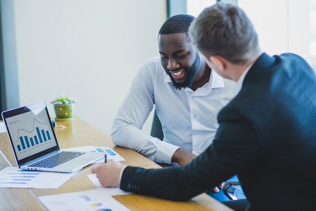 Dois, conversando, homens negócios Foto gratuita