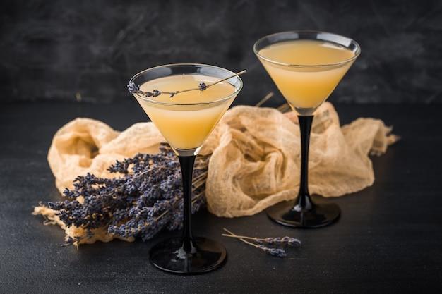 Dois copos com um martini cocktail Foto Premium
