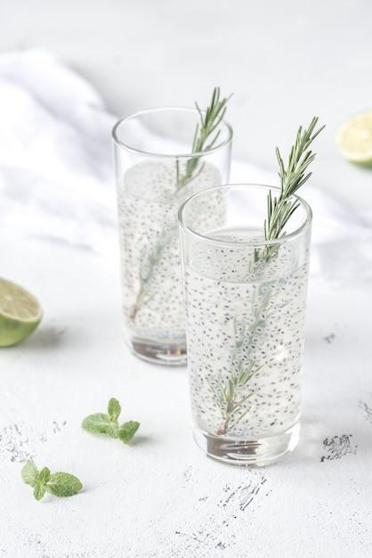 Dois copos de bebida de sementes de manjericão Foto Premium