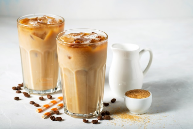 Dois copos de café gelado. Foto Premium