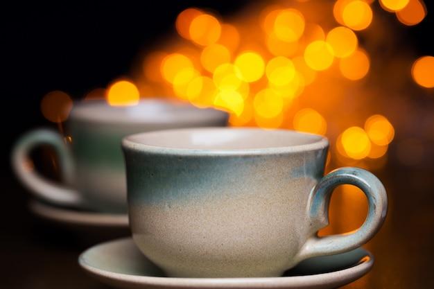 Dois copos de cerâmica sobre brilhante Foto gratuita