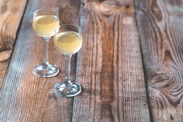 Dois copos de limoncello Foto Premium
