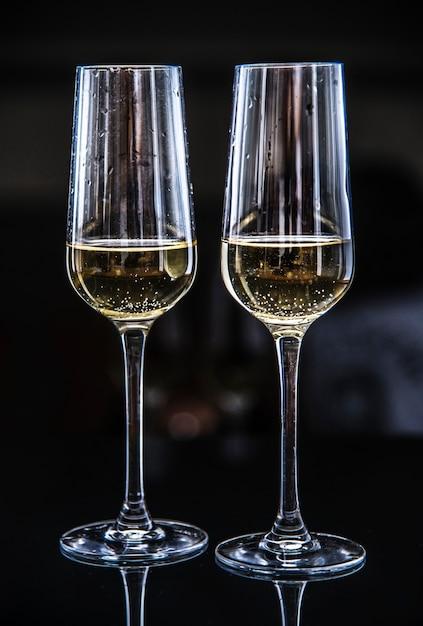 Dois copos de vinho espumante Foto gratuita