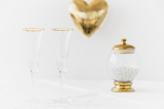 Dois copos e purificadores de boca em recipiente de vidro na mesa Foto gratuita