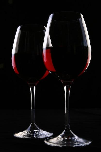 Dois copos elegantes com vinho Foto gratuita