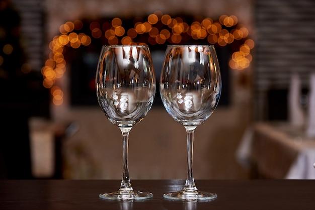 Dois copos limpos vazios com reflexão Foto Premium
