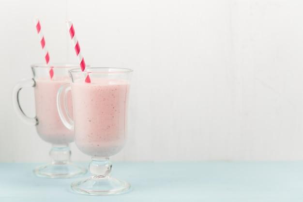 Dois coquetéis de sorvete rosa com morangos Foto Premium