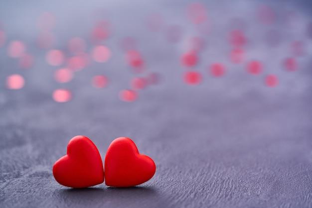 Dois corações vermelhos e amorosos se tocam. corações de casal vermelho como um símbolo do amor Foto Premium