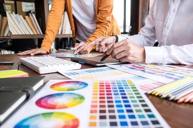 Dois criativos designer gráfico trabalhando na seleção de cores e amostras de cores Foto Premium