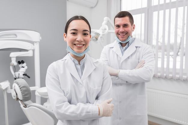 Dois dentistas amigáveis Foto gratuita