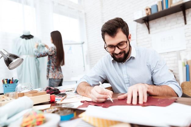Dois desenhadores de moda que fazem o entalhe no couro. Foto Premium