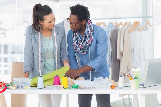 Dois designers de moda que trabalham juntos no escritório Foto Premium