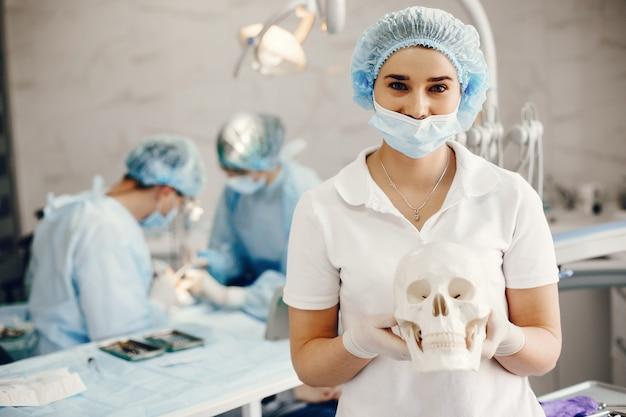Dois dintist trabalhando com um paciente Foto gratuita
