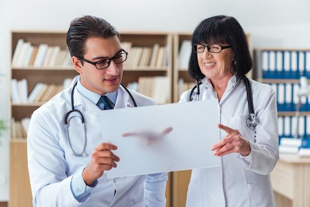 Dois, doutores, trabalhando, laboratório Foto Premium