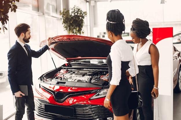 Dois, elegante, mulher preta, em, um, car, salão Foto gratuita