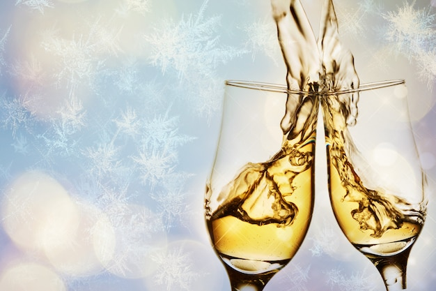 Dois elegantes copos com champanhe espumante com splash Foto Premium