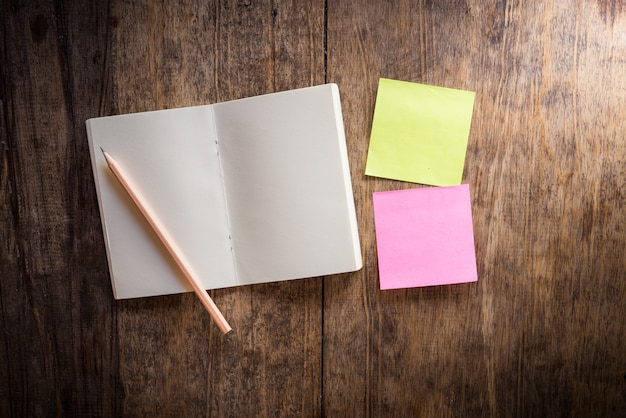 Dois em branco colorido sticky notes e caderno e lápis Foto Premium