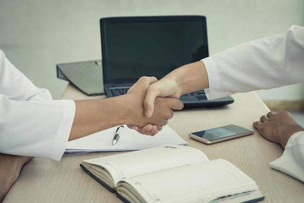 Dois empresário árabe apertando as mãos acordo juntar-se aos negócios juntos Foto Premium