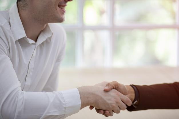 Dois empresário confiante apertando as mãos. parceiros de negócios de sucesso. negociando busines Foto Premium
