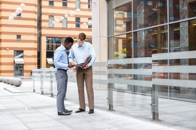 Dois empresários conversando e olhando para documentos Foto Premium