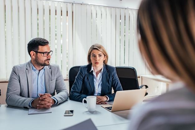 Dois empresários sérios realizando uma entrevista de emprego. Foto Premium