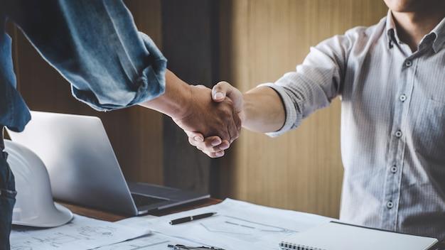 Dois, engenheiro, reunião, para, projeto, aperto mão, após, consulta, e, conferência, projeto, plano Foto Premium