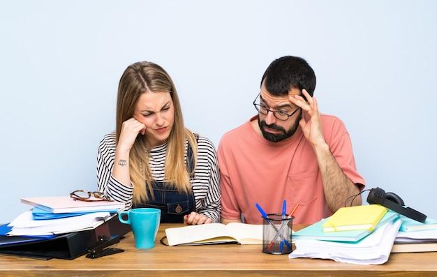 Dois, estudantes, com, muitos, livros Foto Premium