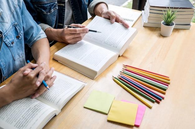 Dois estudantes do ensino médio ou colegas com ajuda amigo fazer lição de casa de aprendizagem em sala de aula Foto Premium