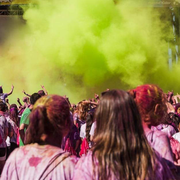 Dois, femininas, amigos, olhar, pessoas, dançar, em, a, holi, cor, explosão Foto gratuita