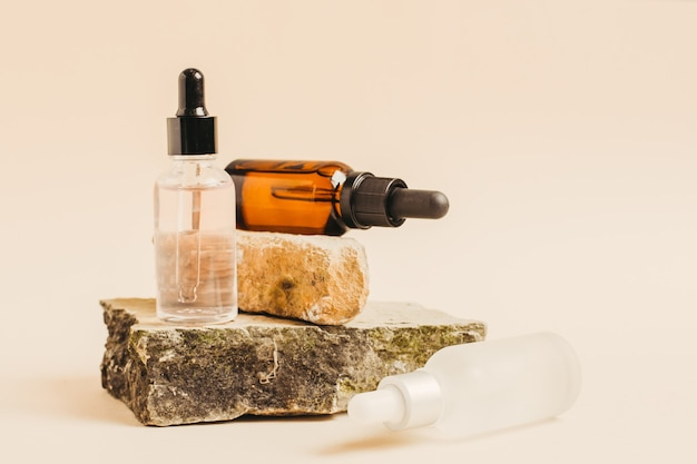 Dois frascos com conta-gotas de líquido cosmético, ácido hialurônico ou soro para o cuidado natural da pele Foto Premium