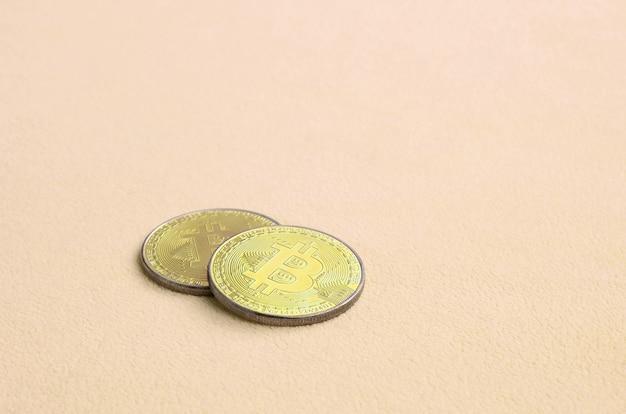 Dois golden bitcoins mentiras sobre um cobertor feito de macio e fofo Foto Premium